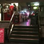 2階に上がるとエレベーターホール、その奥に少し階段があります。この向こうに飲食店が並んでいます。